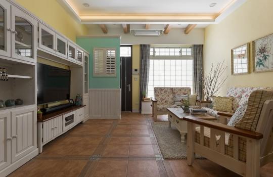 位在一楼的客厅空间,设计师挑选暖黄作为电视背墙的壁色,温暖的色调就